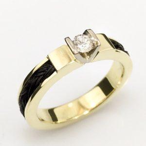 www.galope.nl-gouden ring rondom paardenvlecht met v zetting briljant